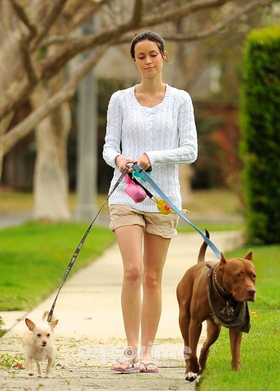 http://www.gotceleb.com/wp-content/uploads/celebrities/summer-glau/walking-her-dogs-in-studio-city/Summer%20Glau%20-%20Short%20shorts%20in%20Studio%20City-04-560x783.jpg