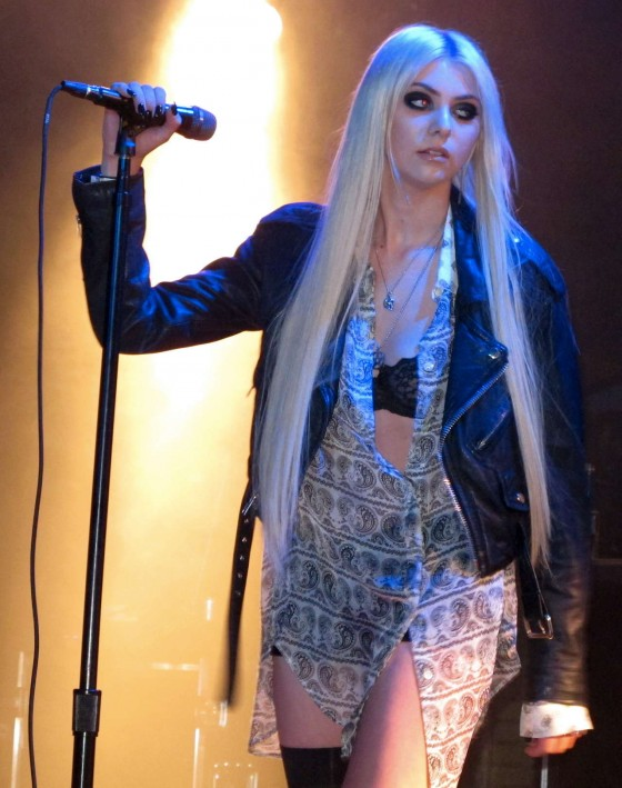 Taylor Momsen got lapdance from Jenna Haze on stage in House of Blues-28