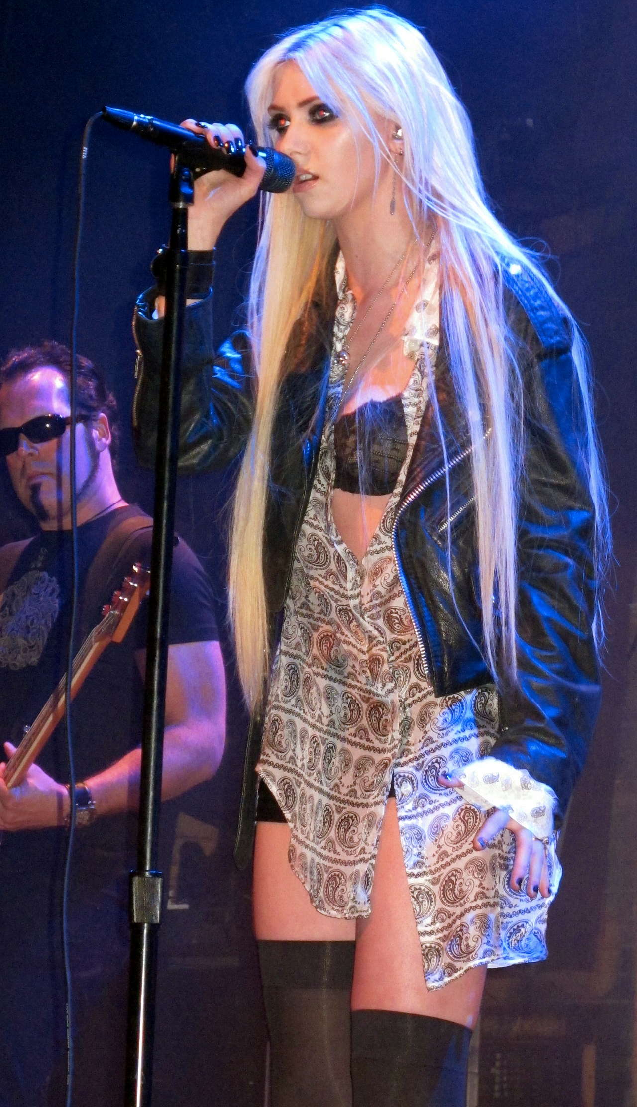 Taylor Momsen got lapdance from Jenna Haze on stage in House of Blues-33