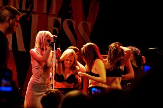 taylor-momsen-performance-at-amsterdam-live-june-9-06