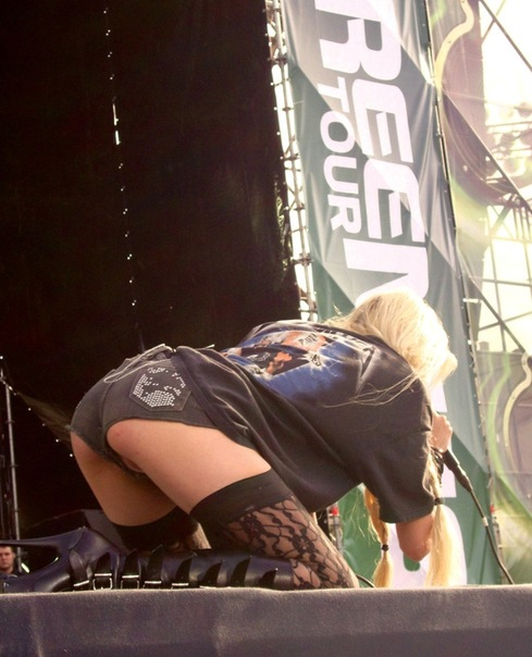 taylor-momsen-performs-on-stage-in-saint