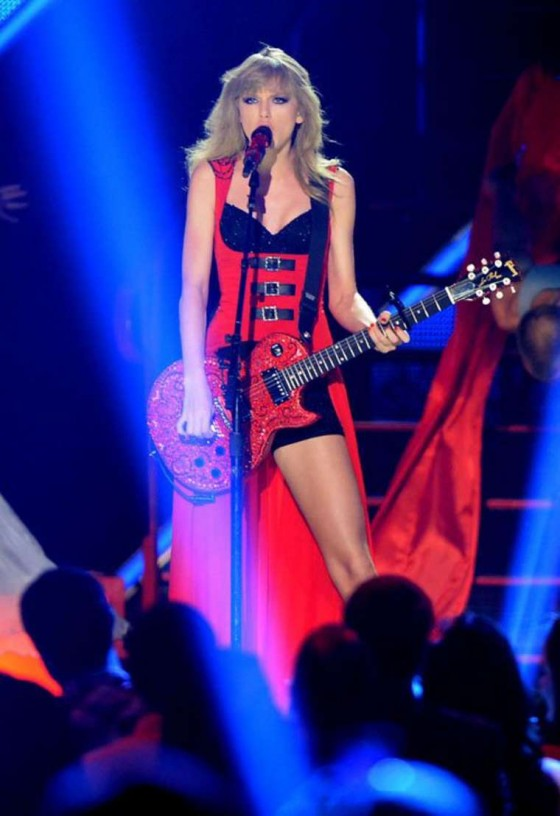 Taylor Swift – 2013 CMT Music Awards -05
