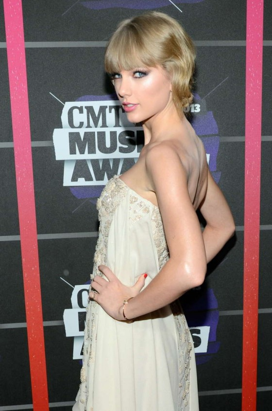 Taylor Swift – 2013 CMT Music Awards -15