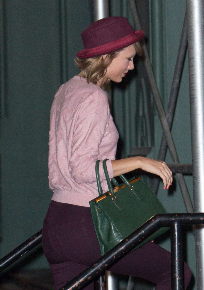 Taylor Swift in Tight Pants Arriving to Her Apartment in NYC