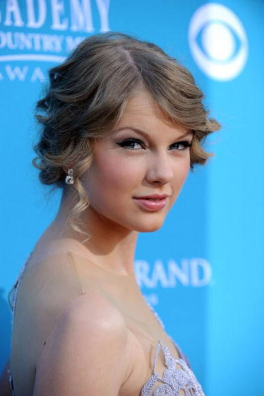 taylor-swift-at-45th-annual-academy-of-country-music-awards-03