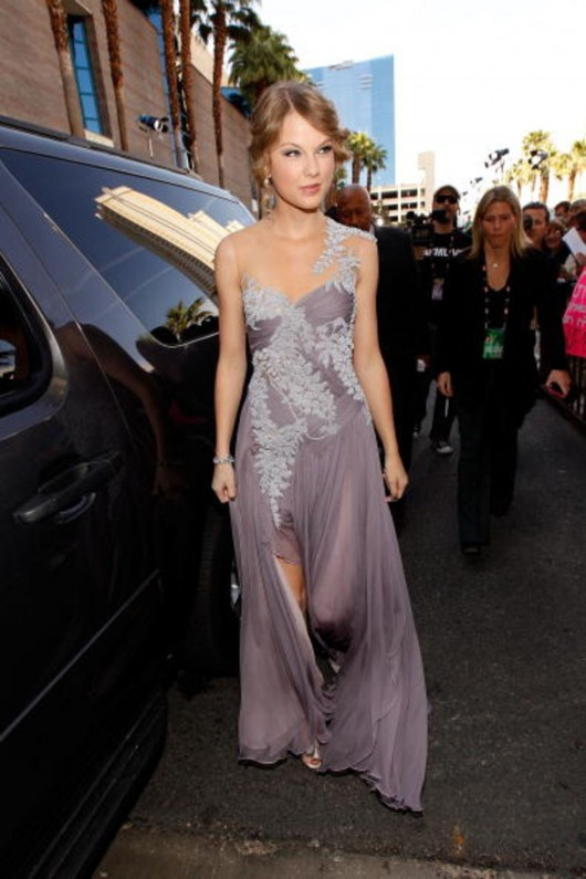 taylor-swift-at-45th-annual-academy-of-country-music-awards-04