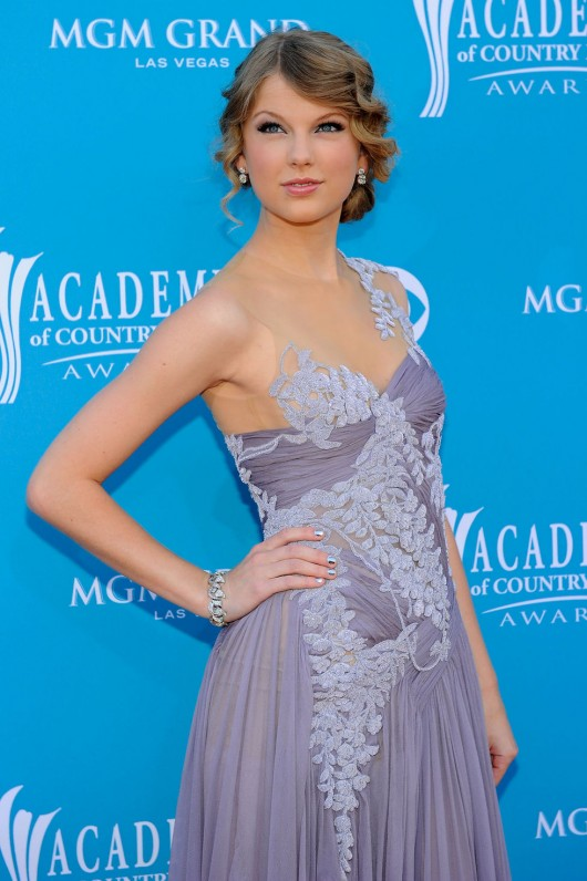 taylor-swift-at-45th-annual-academy-of-country-music-awards-05