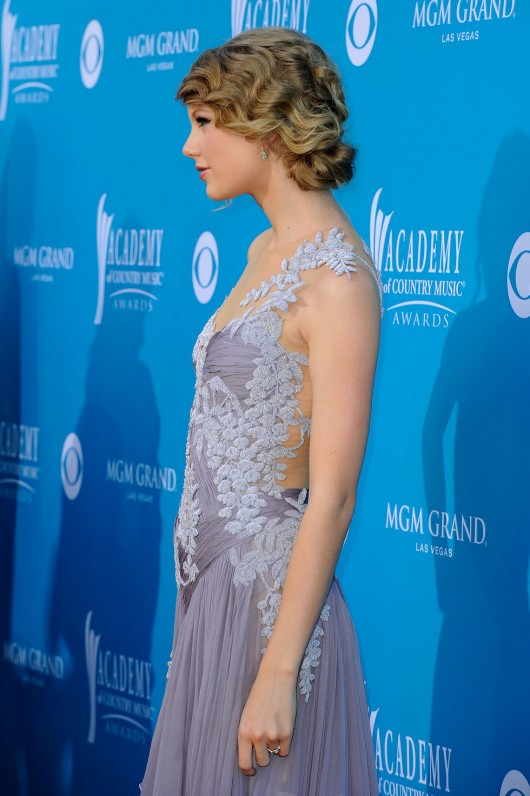 taylor-swift-at-45th-annual-academy-of-country-music-awards-06