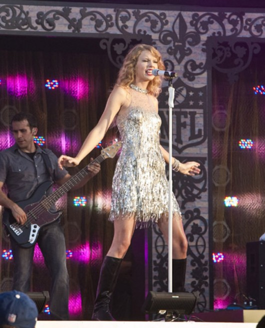 taylor-swift-at-nfl-opening-kickoff-in-new-orleans-01