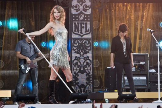 taylor-swift-at-nfl-opening-kickoff-in-new-orleans-05