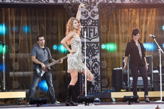 taylor-swift-at-nfl-opening-kickoff-in-new-orleans-07