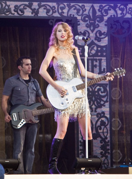 taylor-swift-at-nfl-opening-kickoff-in-new-orleans-08
