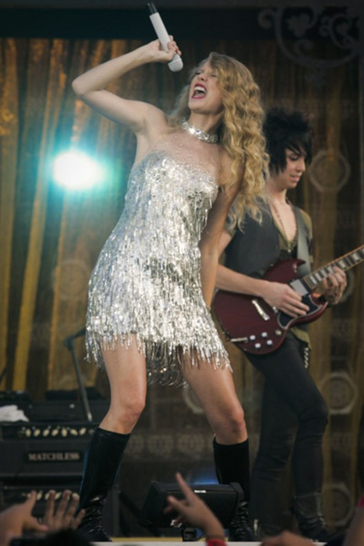 taylor-swift-at-nfl-opening-kickoff-in-new-orleans-11