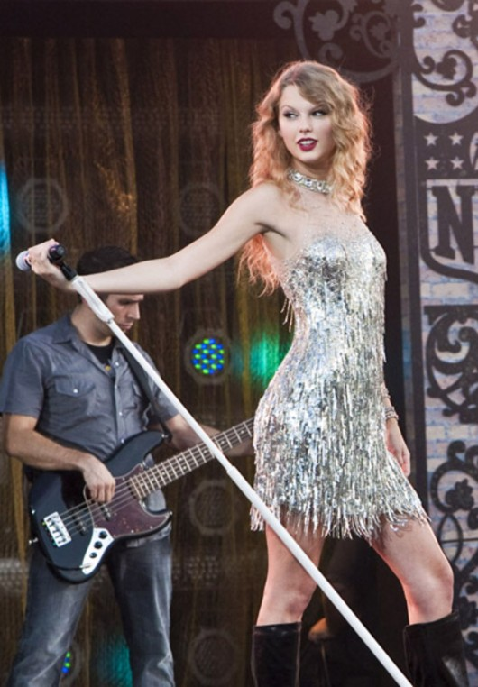 taylor-swift-at-nfl-opening-kickoff-in-new-orleans-13