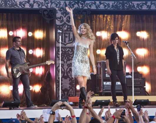 taylor-swift-at-nfl-opening-kickoff-in-new-orleans-15