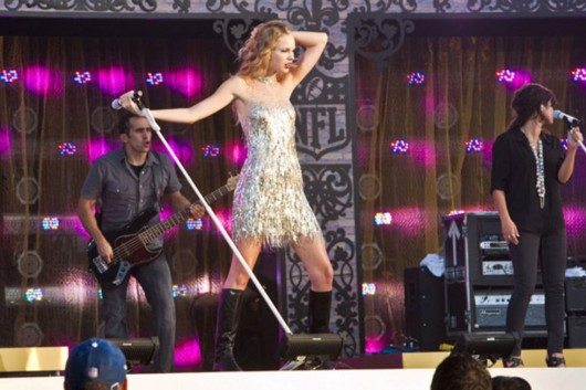 taylor-swift-at-nfl-opening-kickoff-in-new-orleans-16
