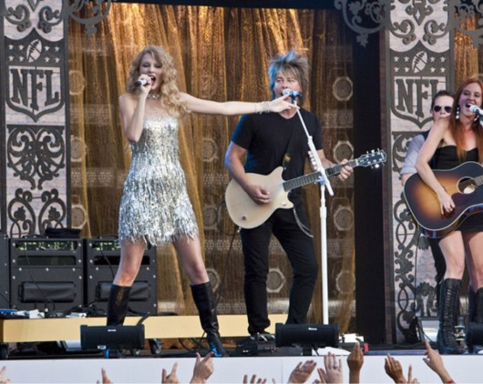 taylor-swift-at-nfl-opening-kickoff-in-new-orleans-17