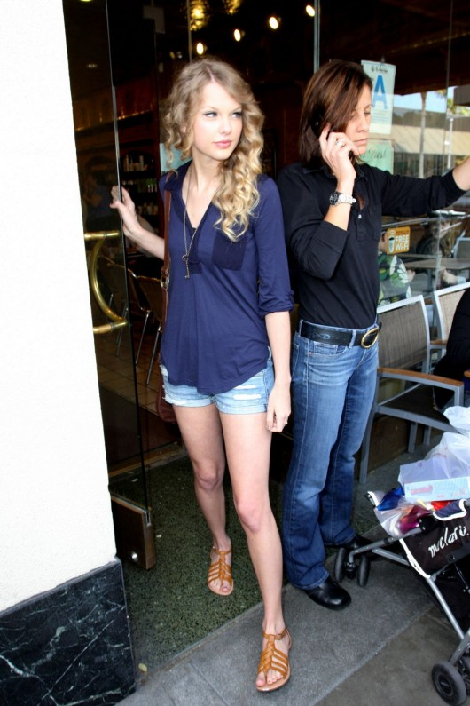 taylor-swift-candids-in-la-in-jean-shorts-06