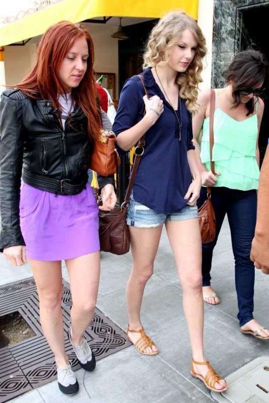 taylor-swift-candids-in-la-in-jean-shorts-07