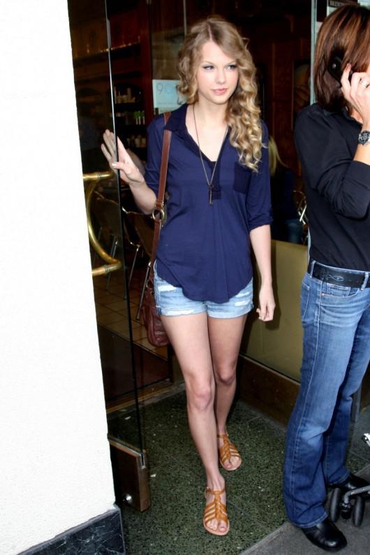 taylor-swift-candids-in-la-in-jean-shorts-20