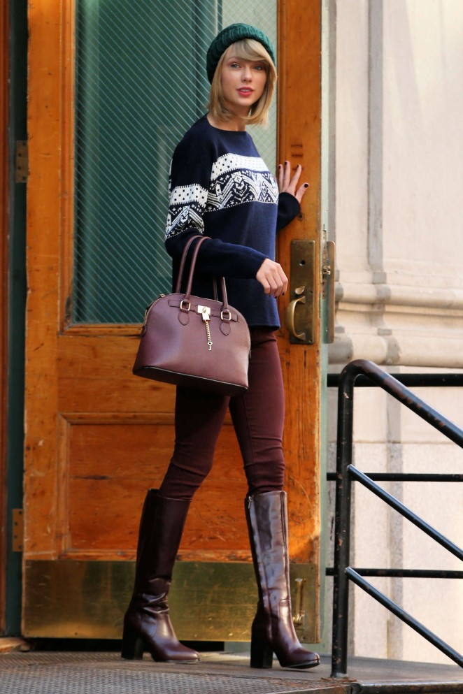 Taylor Swift in Tight Pants Leaving her apartment in NYC