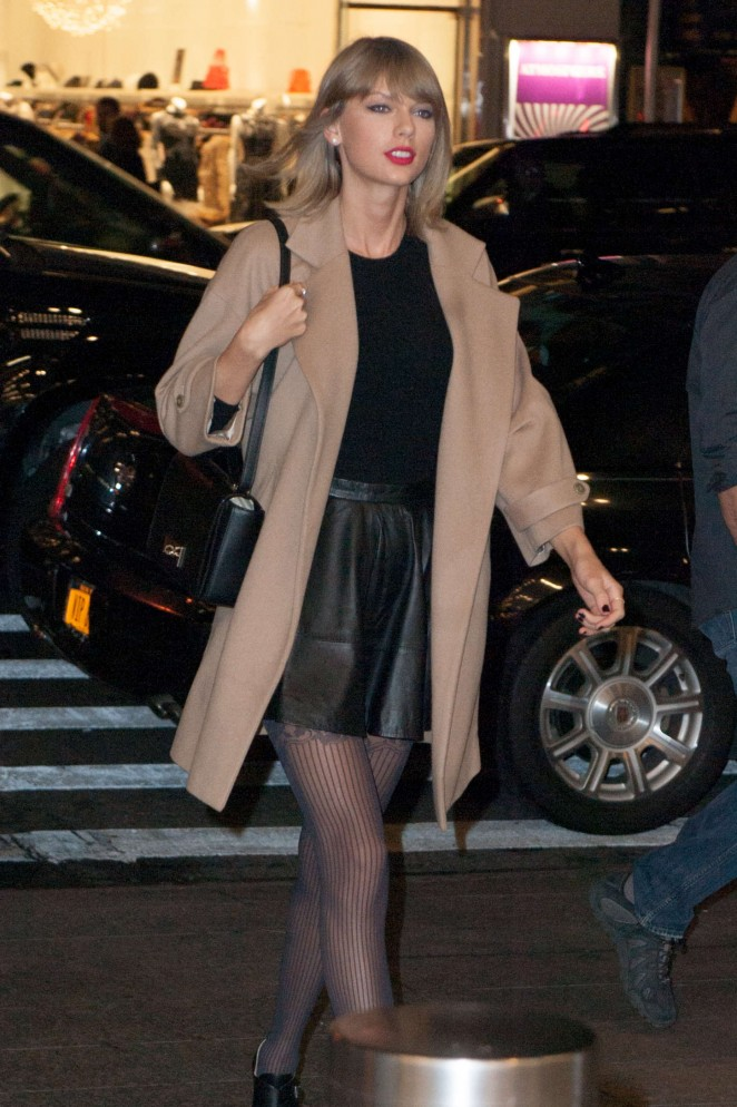 Taylor Swift – Leaves her New York apartment