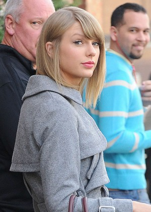 Taylor Swift Leggy in Shorts -04