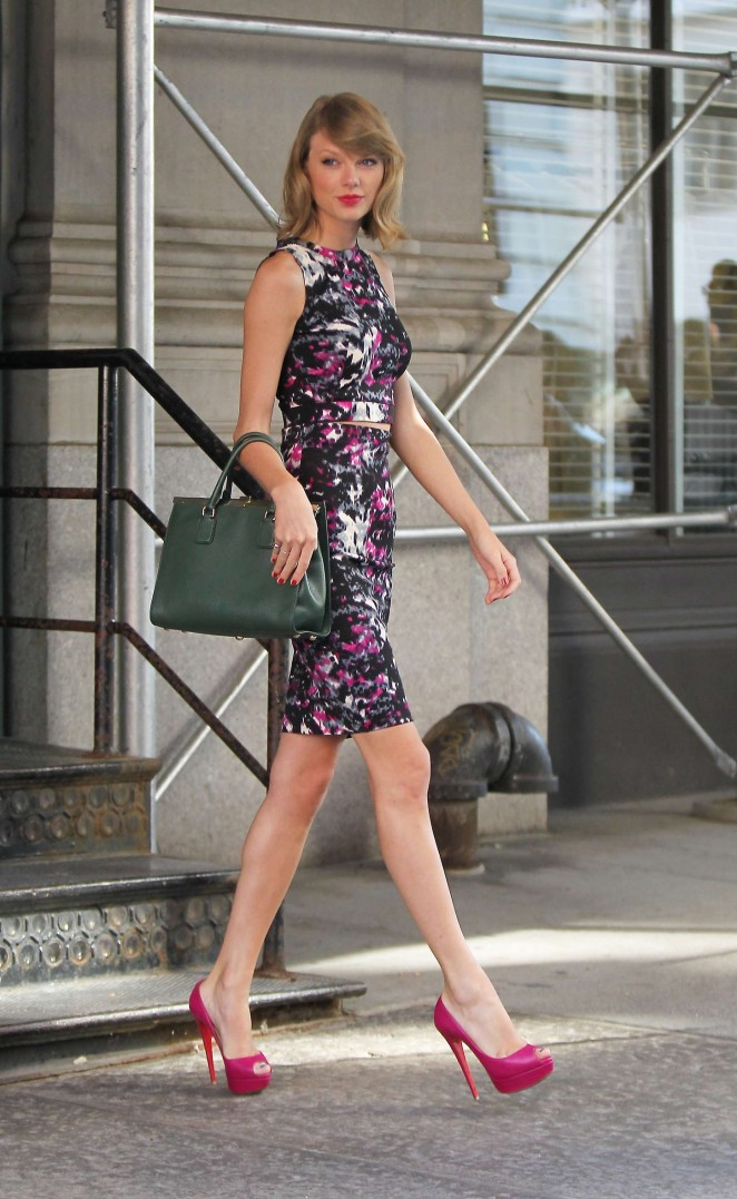 Taylor Swift in Tight Dress Leaving her apartment in New York