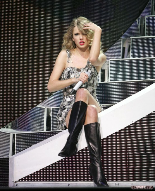 taylor-swift-leggy-performing-at-staples-center-in-la-06