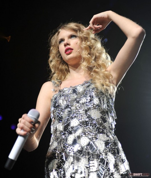 taylor-swift-leggy-performing-at-staples-center-in-la-09