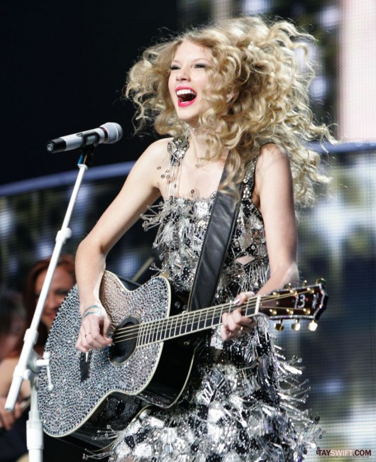 taylor-swift-leggy-performing-at-staples-center-in-la-12