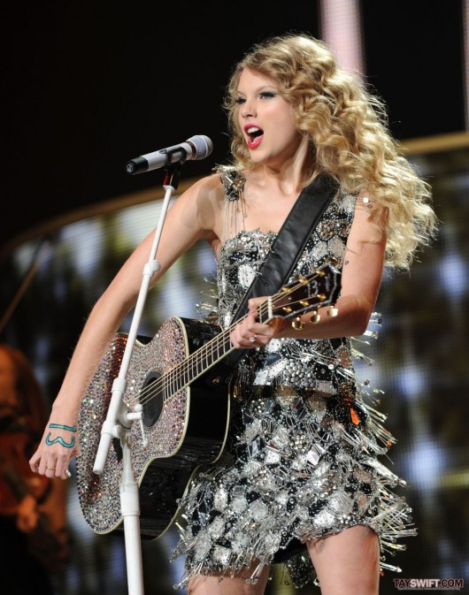 taylor-swift-leggy-performing-at-staples-center-in-la-18