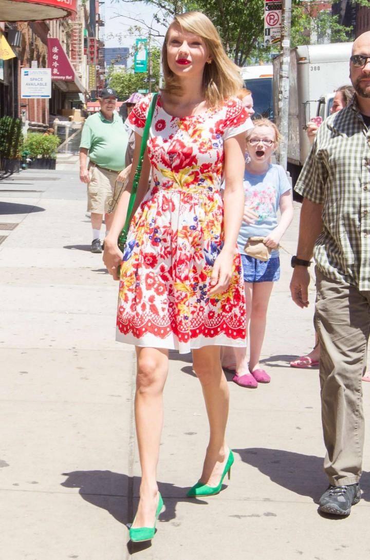 taylor swift in floral print dress 02 gotceleb