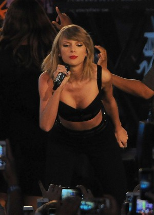 Taylor Swift - Performing at Jimmy Kimmel Live in Hollywood
