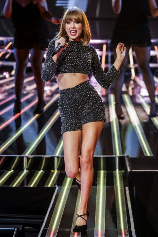 Taylor Swift - Performs Live on X-Factor UK in London