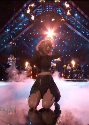 Taylor Swift: Performs on The Voice -05