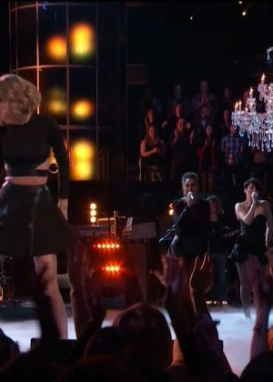 Taylor Swift: Performs on The Voice -08