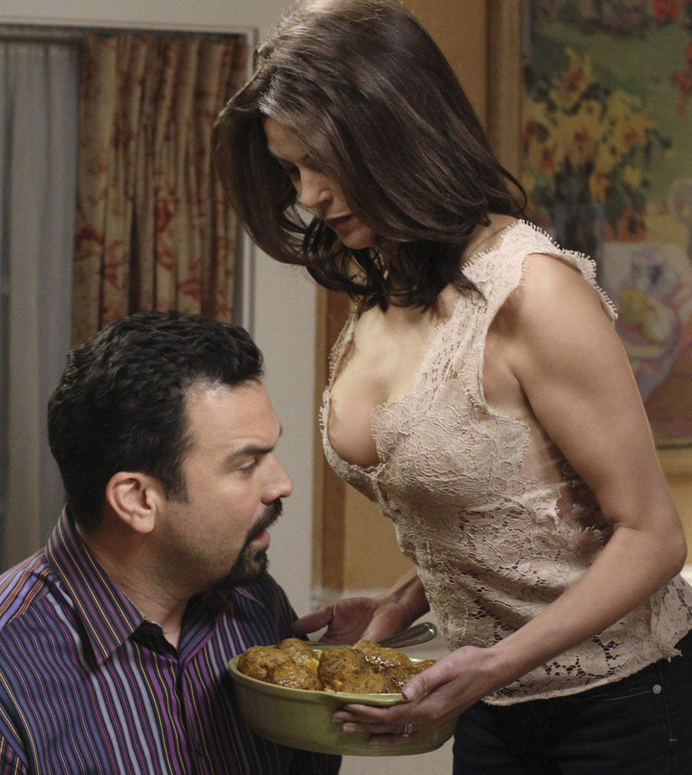 Teri Hatcher 2010 : teri-hatcher-cleavage-in-a-new-episode-of-desperate-housewives-02