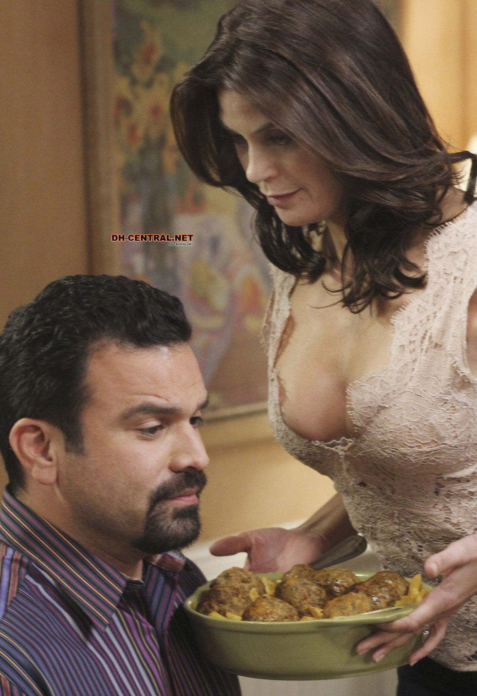 Teri Hatcher 2010 : teri-hatcher-cleavage-in-a-new-episode-of-desperate-housewives-03