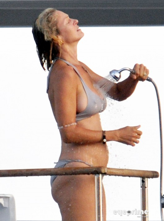 uma-thurman-pregnant-bikini-candids-in-italy-aug-2010-01