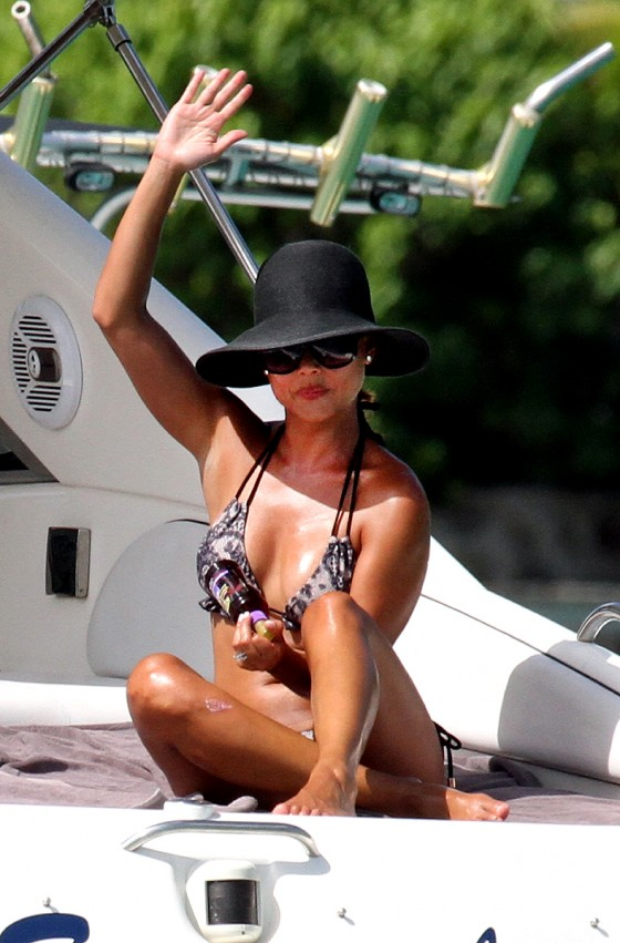 vanessa-minnillo-bikini-candids-honeymoon-in-st-barts-04