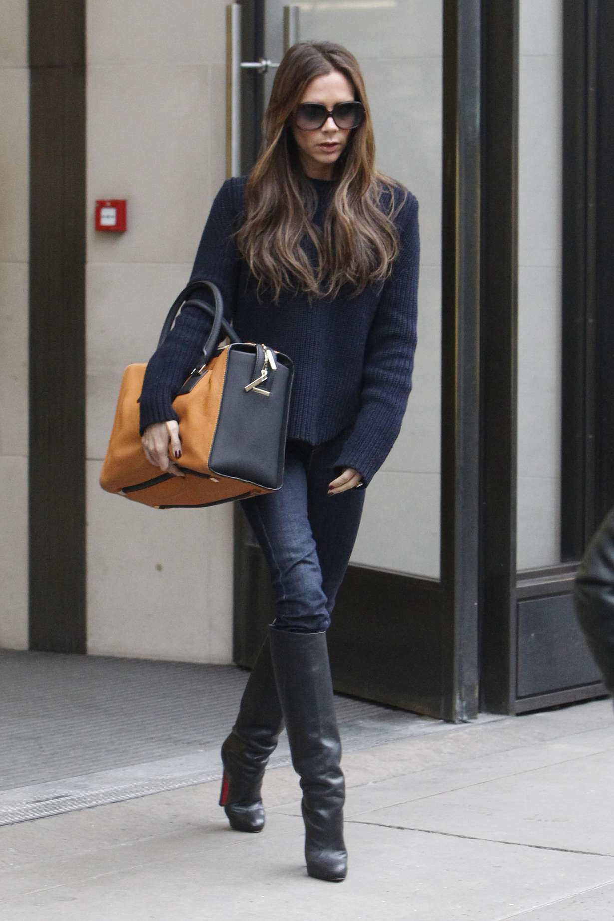 victoria beckham in jeans and boots 03 gotceleb. Black Bedroom Furniture Sets. Home Design Ideas