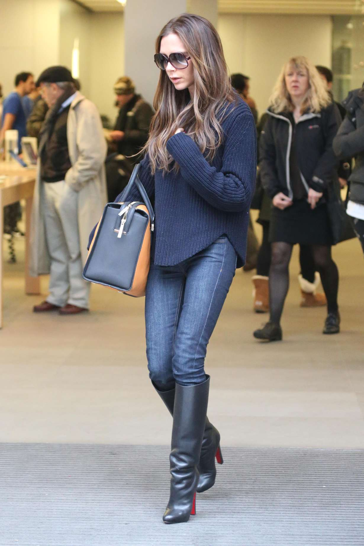 victoria beckham in jeans and boots 12 gotceleb. Black Bedroom Furniture Sets. Home Design Ideas