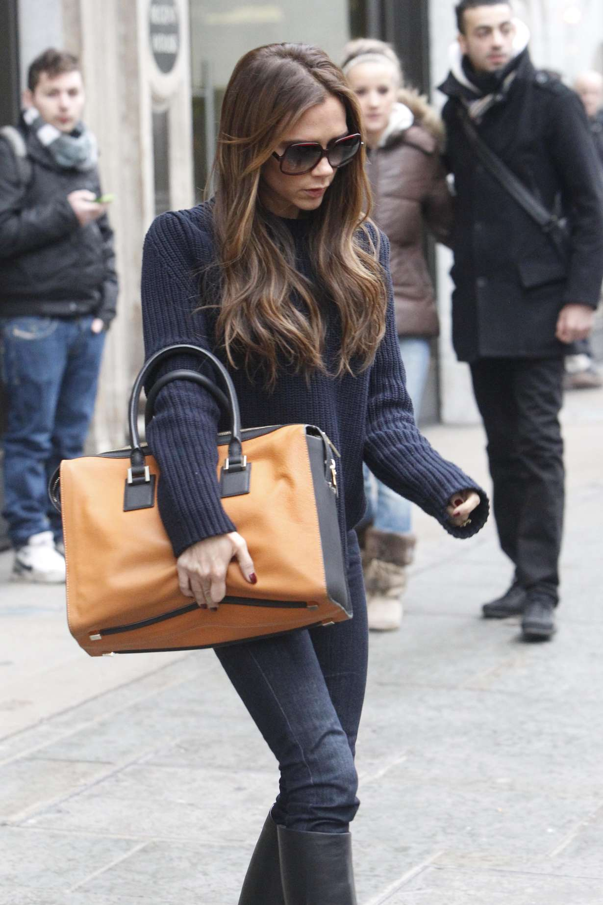 victoria beckham in jeans and boots 14 gotceleb. Black Bedroom Furniture Sets. Home Design Ideas
