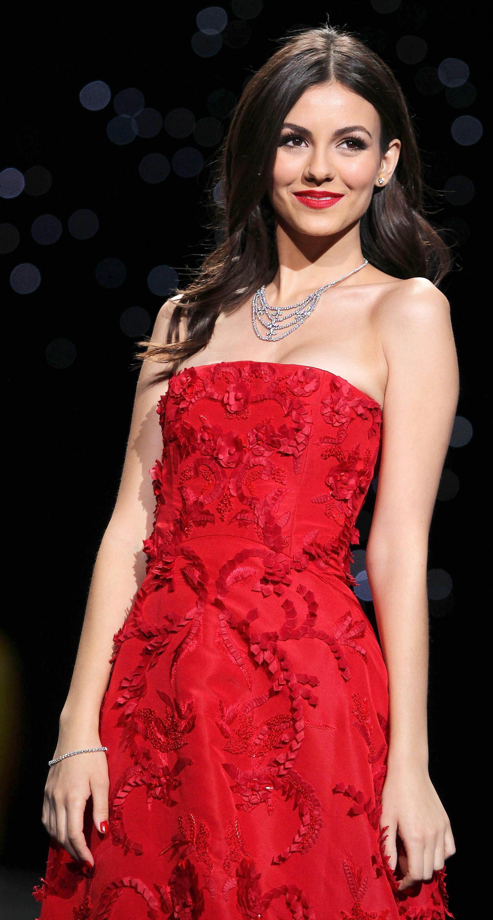 честь рождения фото виктории джастис в бордовом коротком платье отличалась