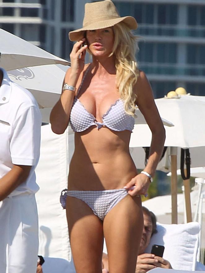 Victoria Silvstedt – Bikini Candids on Miami Beach