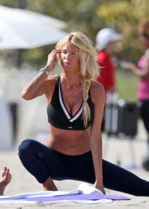 Victoria Silvstedt in Leggings Workout -03