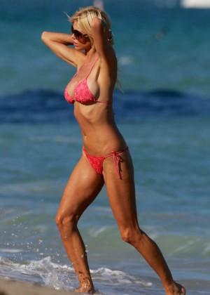 Victoria Silvstedt in Red Bikini in Miami Pic 18 of 35