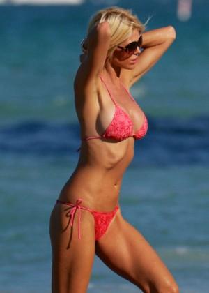 Victoria Silvstedt in Red Bikini in Miami Pic 17 of 35