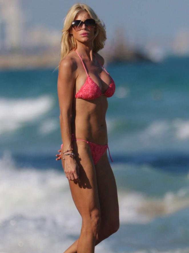 Victoria Silvstedt in Red Bikini in Miami Pic 22 of 35